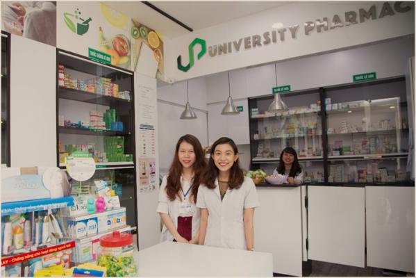 Cô Đỗ Thị Hải Quỳnh cùng các bạn nhân viên nhà thuốc