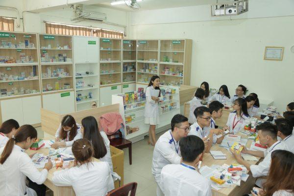 Sinh viên ngành Dược - Đại học Duy Tân học tập tại Nhà thuốc Mô phỏng của trường