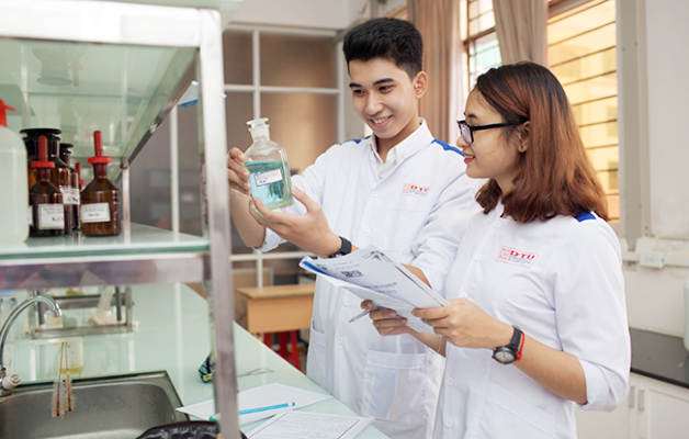 Sinh viên khoa Dược của Đại học Duy Tân được chú trọng nắm vững kiến thức chuyên môn bên cạnh các kỹ năng thực tế then chốt hữu ích cho công việc